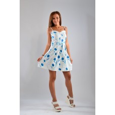 Бяла рокля на сини цветчета с В-образно деколте
